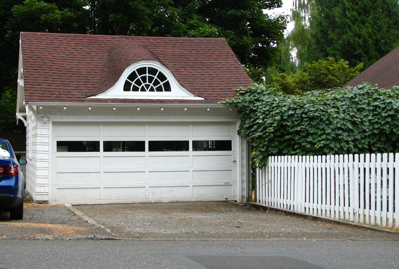 Learn how to keep your garage organised with our top tips! Source: https://www.cdcgaragedoors.co.uk/assets/Hughes_House_garage_-_Gresham_Oregon.jpg
